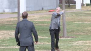 Architect Renzo Piano tossed a Frisbee Tuesday with Eric Lee, the Kimbell Art Museum director. (Photo: Bill Zeeble/KERA News)