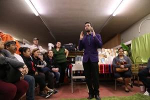 Hurtado leading a Comunidad 27 meeting.  Photo: Comunidad 27