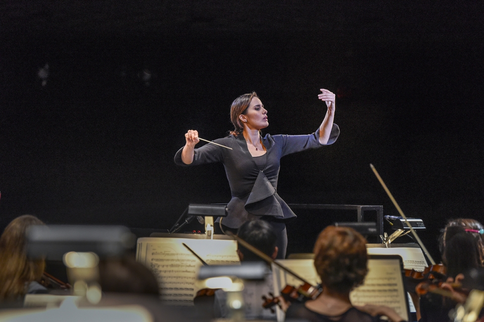 Lina Gonzalez-Granados (Colombia) conducts. Photo: Karen Almond/The Dallas Opera