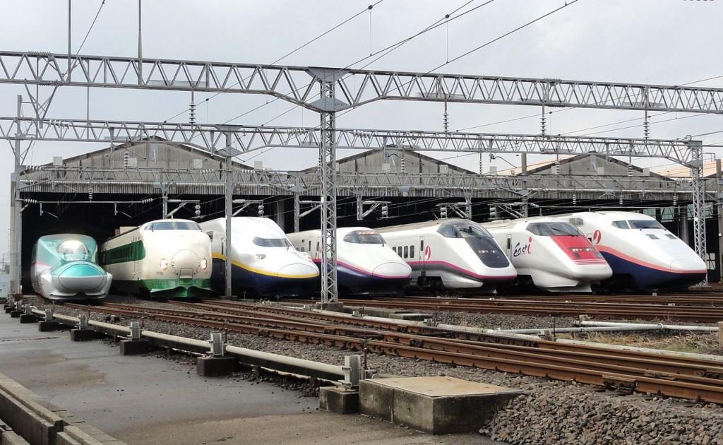 A lineup of JR East Shinkansen trains in October 2012. Photo: RSA>/a>(CC BY-SA 3.0)